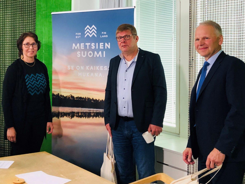 Toiminnanjohtaja Kirsi Joensuu, päätoimittaja Reijo Ruokanen sekä ministeri Jari Leppä Metsien Suomen journalistisessa iltapäivässä.